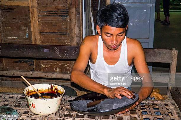 MMR Myanmar Burma BirmaHandwerk Kunst Lackmanufaktur Lackware Lack Kuenstler Handwerker Aufnahmedatum2013 Asien Reise Reiseziel Torurismust