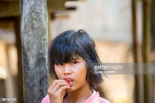 Myanmar province de Rakhine région de MraukU village de Pan Ba adolescente Myanmar Rakhine State Mrauk U region Pan Ba village woman