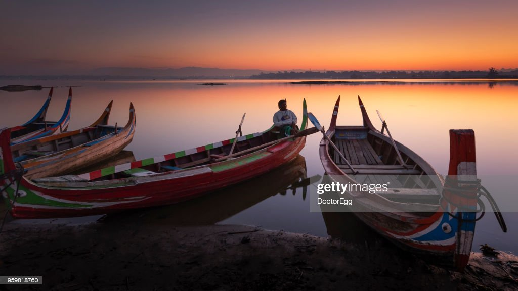 Myanmar Tourist Pleasure Boat at Sunrise, U Bein Bridge, Mandalay, Myanamar : Stock-Foto