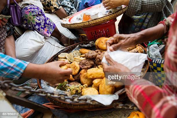 Myanmarian women eating