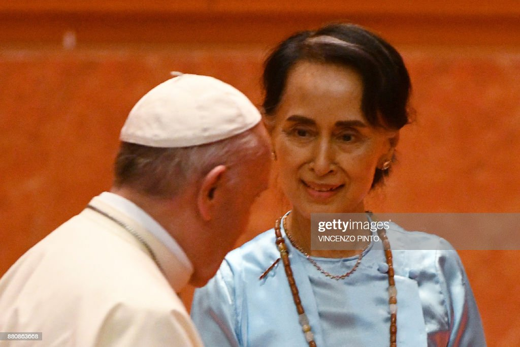 Myanmar's civilian leader Aung San Suu Kyi (R) looks at Pope Francis during an event in Naypyidaw on November 28, 2017. Pope Francis held talks with Myanmar's leader Aung San Suu Kyi on November 28, a pivotal moment in a visit aimed at alleviating religious and ethnic hatreds that have driven huge numbers of Muslim Rohingya from the country. / AFP PHOTO / Vincenzo PINTO