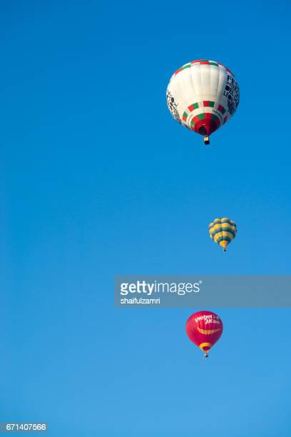 myballoon fiesta in putrajaya features colorful hot air balloon floats with over 15 balloonists from all over the world. - zone d'exclusion aérienne photos et images de collection