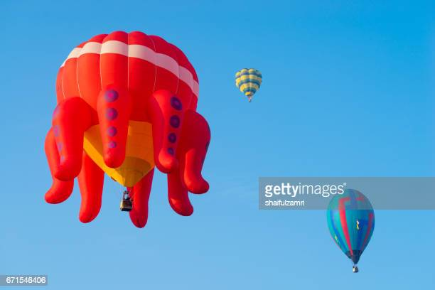 myballoon fiesta in putrajaya features colourful hot air balloon floats with over 15 balloonists from all over the world. - zone d'exclusion aérienne photos et images de collection