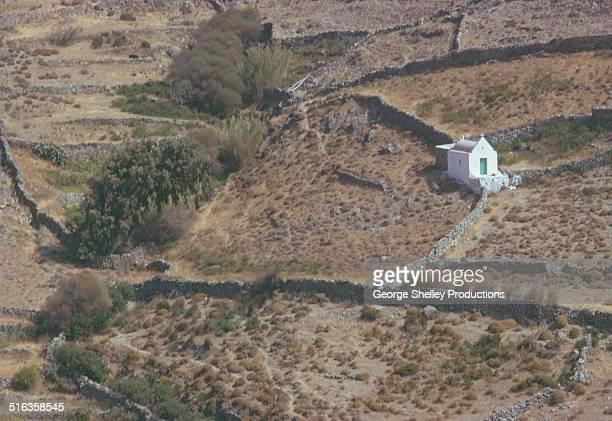myconos small church chapel in the countryside - ver a hora stockfoto's en -beelden