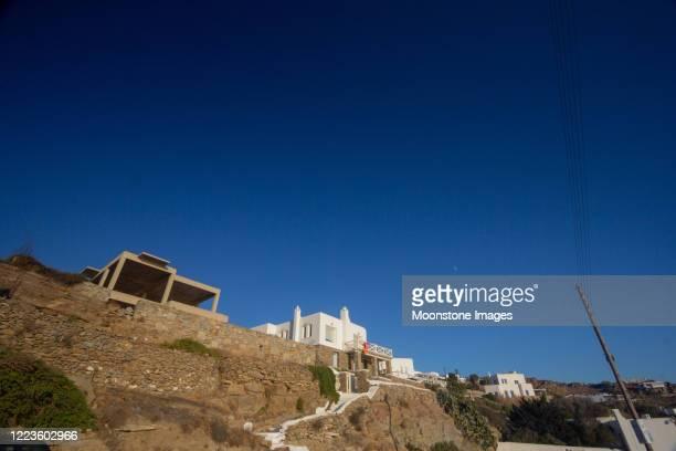 mykonos town in the cycladen, griekenland - ver a hora stockfoto's en -beelden