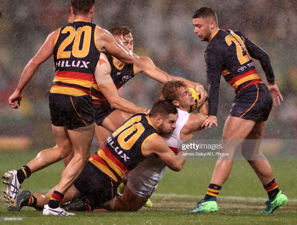 AFL Rd 9 - Adelaide v Western Bulldogs : News Photo