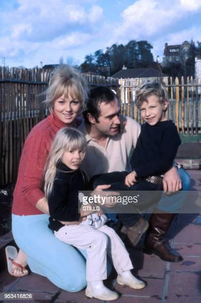 Mylène Demongeot avec son mari Marc Simenon et leurs enfants en 195 France