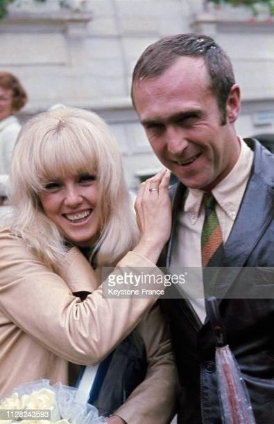 Mylène Demongeot et son mari Marc Simenon photographiés à la sortie de l'église après la cérémonie nuptiale à Paris France le 16 septembre 1968