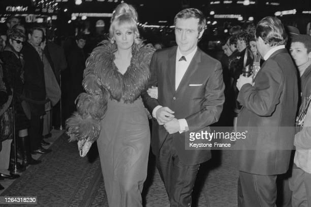 Mylène Demongeot et son nouveau mari Marc Simenon à leur arrivée à l'Opéra de Paris France le 17 janvier 1969