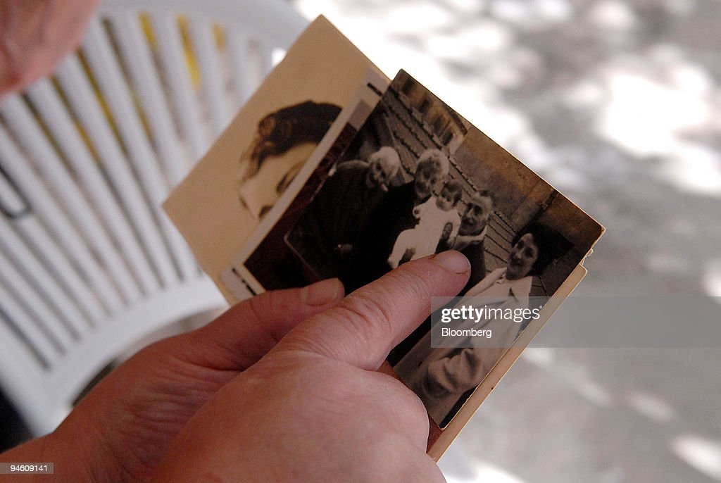 Myriam Ouchfoun, 57, shows pictures to her childhood friends : News Photo