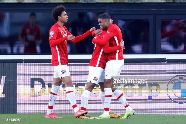 Myron Boadu of AZ Alkmaar celebrates 2-2 with Calvin Stengs of AZ Alkmaar, Owen Wijndal of AZ Alkmaar during the Dutch Eredivisie match between AZ...