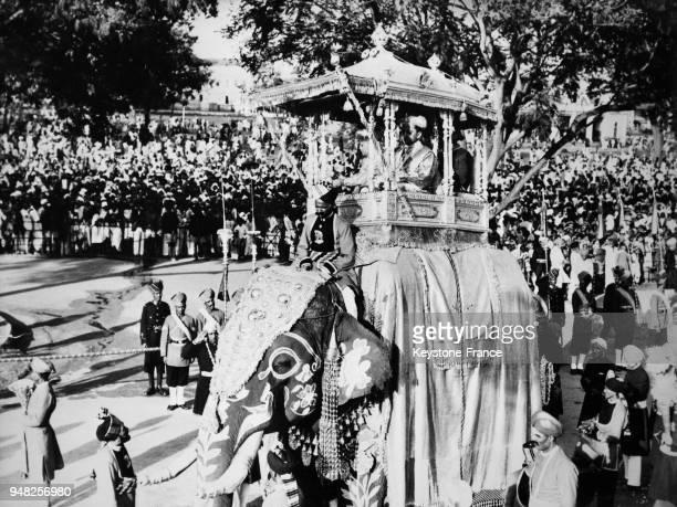 À Mysore la fête hindoue de Dussehra est célébrée avec beaucoup de faste une procession avec à sa tête le mahârâja sous un baldaquin installé sur un...