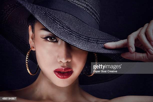 mysterious asian woman wearing a big black hat - mulher fatal - fotografias e filmes do acervo