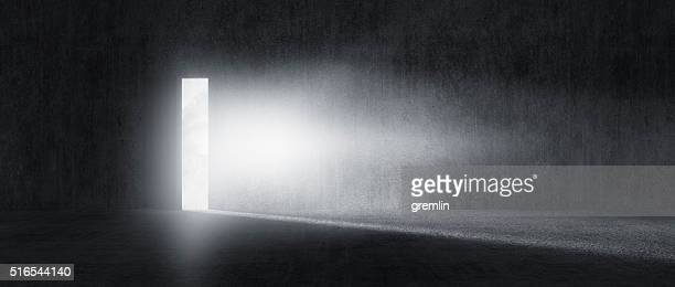 mysterious door with glowing light - raadsel stockfoto's en -beelden