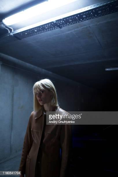 mysterious housewife - junge frau rätsel stock-fotos und bilder