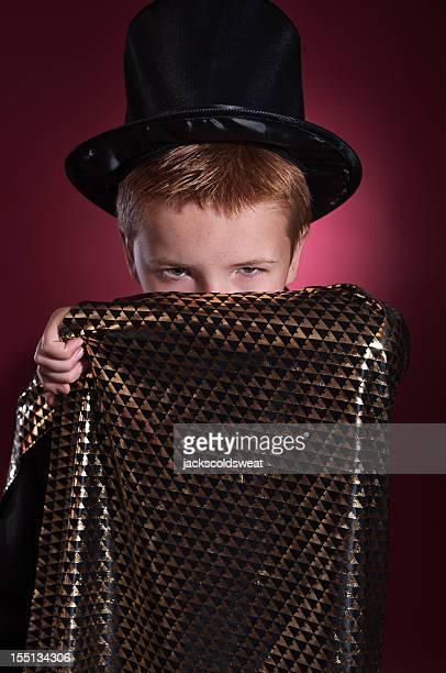 geheimnisvolle zauberer jungen - zaubertrick stock-fotos und bilder