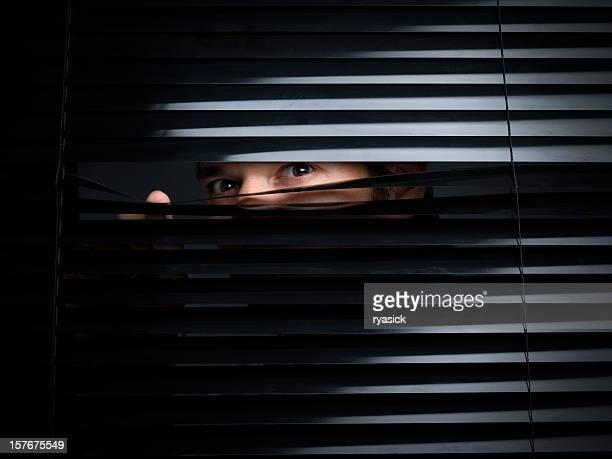 Misteriosas macho, levante desde detrás de las cortinas de apertura