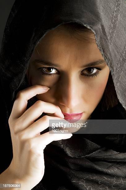 mystérieuse femme en écharpe - femme touareg photos et images de collection