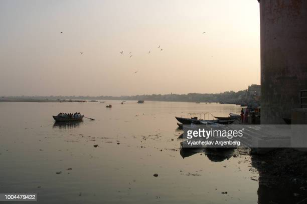 mystical ethereal atmosphere in the eternal city of varanasi, sacred river ganges after sunset, india - argenberg bildbanksfoton och bilder