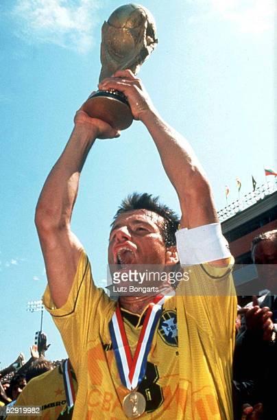 N. E. ; BRASILIEN FUSSBALLWELTMEISTER 1994; Carlos DUNGA mit WM POKAL/Cup