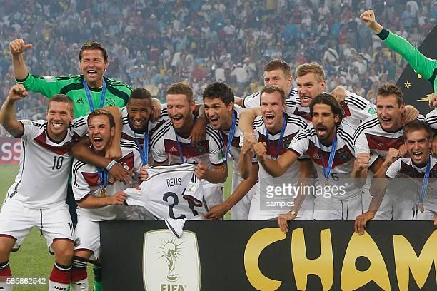 mannschaft feiert Mario Götze Goetze Deutschland Germany Lukas Podolski Deutschlandl Jerome Boateng Deutschland Benedikt Höwedes Deutschland Mats...