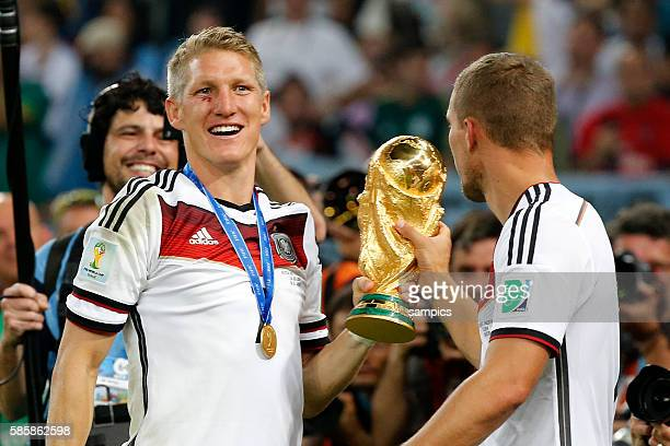 Bastian Schweinsteiger Deutschland und Lukas Podolski Deutschland mit WM Pokal Weltmeisterschftspokal Fussball Weltmeister Deutschland...