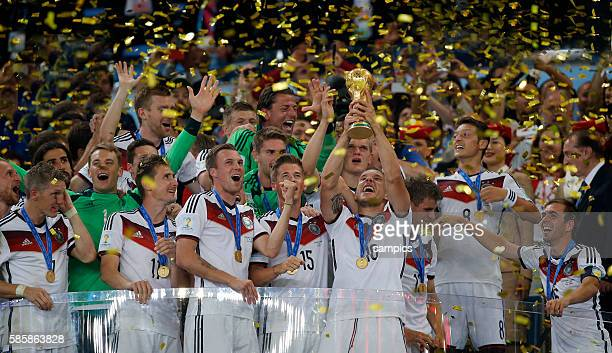 Lukas Podolski Deutschland mit WM Pokal Weltmeisterschaftspokal bei der Siegerehrung mit der Mannschaft Fussball Weltmeister Deutschland...