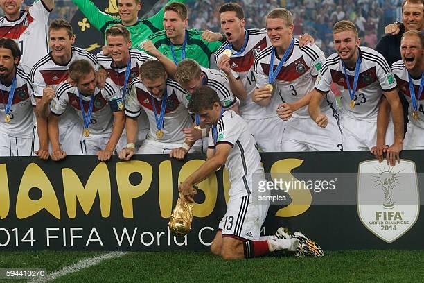 Thomas Müller Müller Deutschland mit dem WM Pokal Weltmeisterschaftspokal Fussball Weltmeister Deutschland Weltmeisterschafts Finale Deutschland...