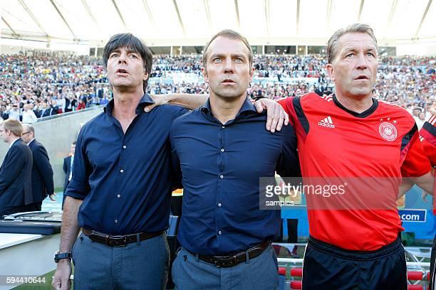 Bundestrainer Trainer Coach Joachim Jogi Loew Löw Deutschland mit Hansi Flick und Andreas Köpcke bei singen der Nationalhymne Fussball Weltmeister...