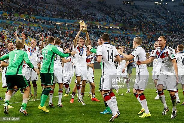 Tanz mit dem WM Pokal Weltmeisterschaftspokal Thomas Müller Müller Deutschland und die deutsche Mannschaft Manuel Neuer Deutschlandu Benedikt Höwedes...