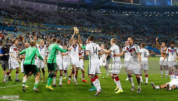 Tanz mit dem WM Pokal Weltmeisterschaftspokal Thomas Müller Müller Deutschland und die deutsche Mannschaft Fussball Weltmeister Deutschland...