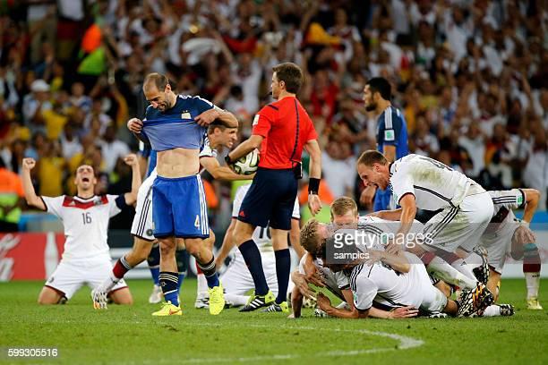 Schlussjubel der deutschen Mannschaft Phlipp Lahm Deutschland Germany Mats Hummels Deutschland Per Mertesacker Deutschland Benedikt Höwedes...