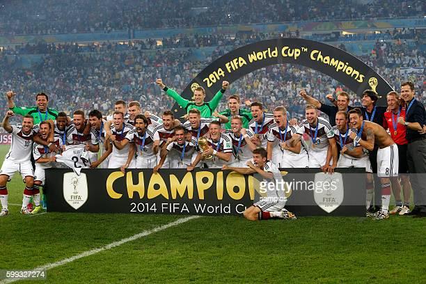 Sieger Mannschaftsfoto des Weltmeisters mit WM Pokal Weltmeisterschftspokal Bastian Schweinsteiger Deutschland Phlipp Lahm Deutschland Germany Thomas...