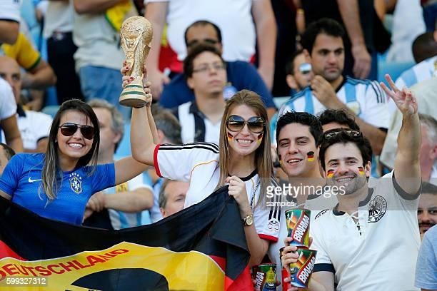 Deutsche Fans mit dem WM Pokal Fussball Weltmeister Deutschland Weltmeisterschafts Finale Deutschland Argentinien 10 n Verlängerung Finale final...