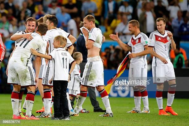 Schlussjubel Miroslav Klose Deutschland mit Söhnen Fussball Weltmeister Deutschland Weltmeisterschafts Finale Deutschland Argentinien 10 n...
