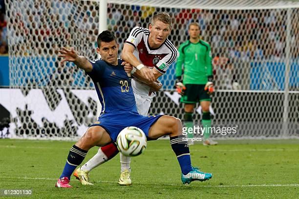 Sergio Aguero Argentinien Argentina ARG gegen Bastian Schweinsteiger Deutschland Fussball Weltmeister Deutschland Weltmeisterschafts Finale...