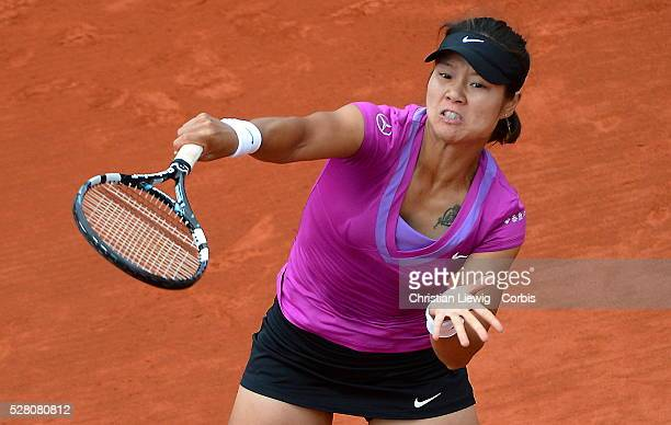 PARIS FRANCE JUNE 04 Na Li of China plays a forehand during her women's singles fourth round match against Yaroslava Shvedova of Kazakhstan during...