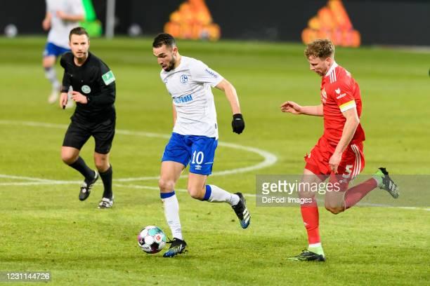 Nabil Bentaleb of FC Schalke 04 and Marvin Friedrich of 1.FC Union Berlin battle for the ball during the Bundesliga match between 1. FC Union Berlin...