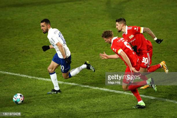 Nabil Bentaleb of FC Schalke 04 is closed down by Marvin Friedrich and Robert Andrich of 1.FC Union Berlin during the Bundesliga match between 1. FC...