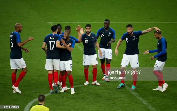 Nabil Fekir of France celebrates his goal between Steven Nzonzi, Djibril Sidibe, Benjamin Mendy, Olivier Giroud, Kylian Mbappe during the...