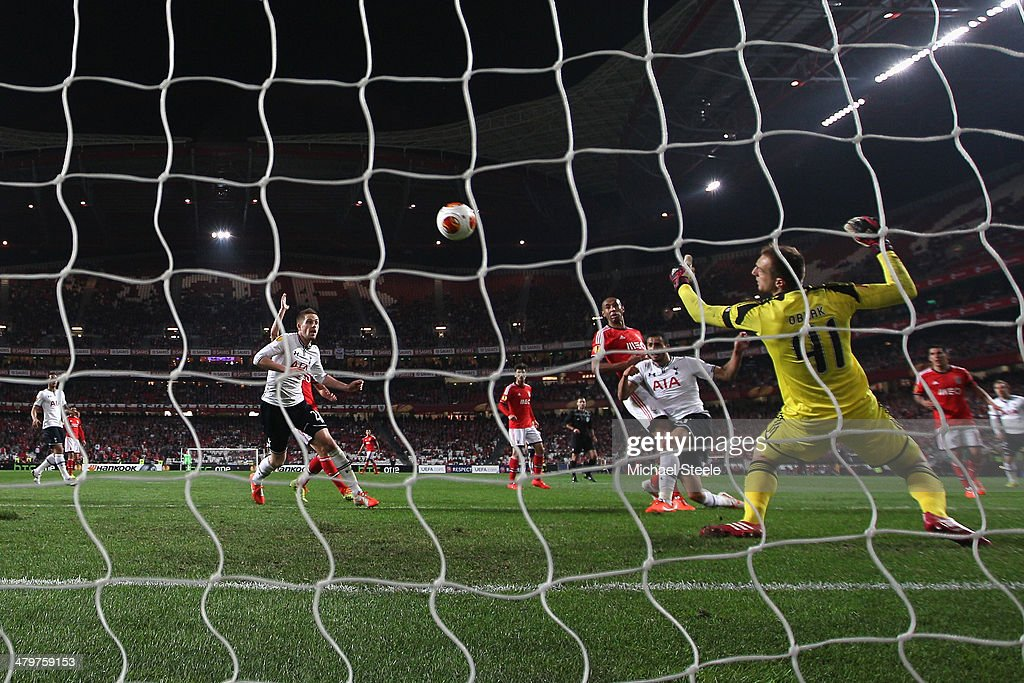 Nacer Chadli (2R) of Tottenham Hotspur scores his second goal during the UEFA Europa League Round of 16 2nd leg match between SL Benfica and Tottenham Hotspur at Estadio da Luz on March 20, 2014 in Lisbon, Portugal.