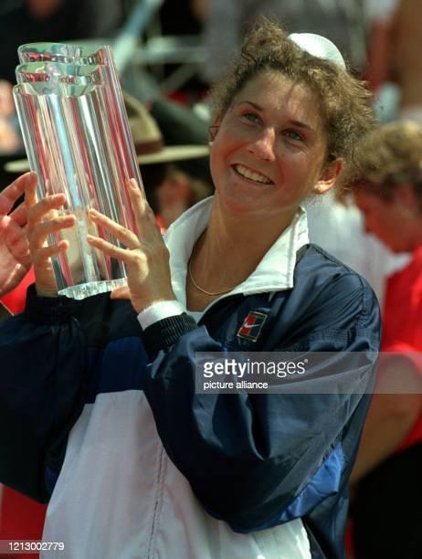 Nach 28monatiger TourAbstinenz seit der MesserAttacke am 300493 in Hamburg kehrte die 21jährige Amerikanerin Monica Seles zurück in die TennisSzene...