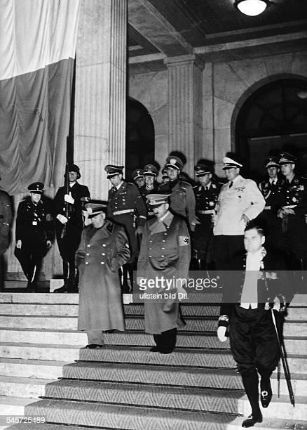 Nach Abschluss der Verhandlungen AdolfHitler und der italienische StaatschefBenito Mussolini verlassen den'Führerbau' am Königlichen Platz inMünchen...