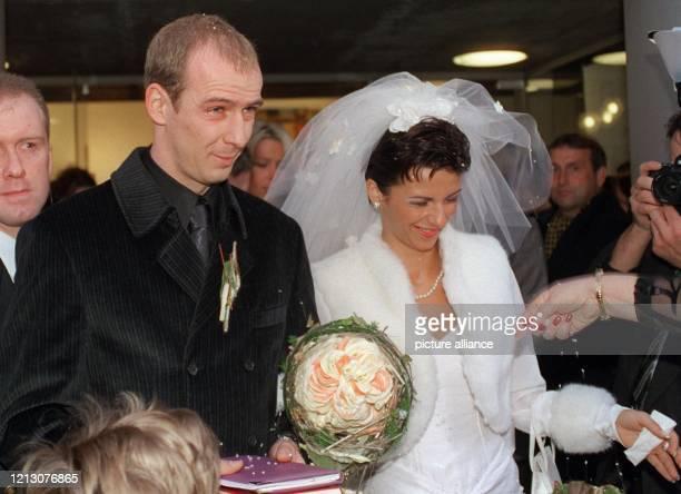 Nach alter Sitte regnet es Reis für FußballNationalspieler Mario Basler und seine frischangetraute Ehefrau Iris Schellenberg als die beiden am die...