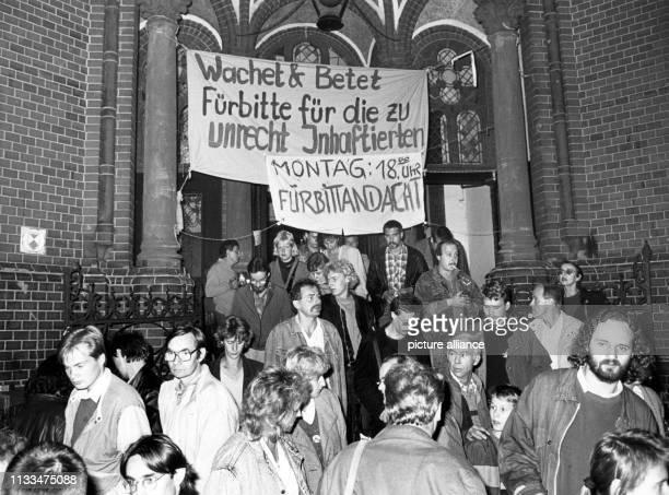 Nach dem Rücktritt von Erich Honecker haben sich am späten Abend des spontan einige Hundert DDRBürger in und vor der Gethsemanekirche in Ostberlin...