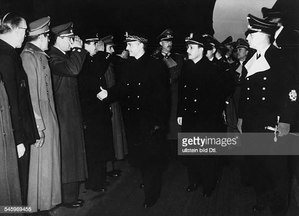 Nach der Ankunft auf dem Anhalter Bahnhofin Berlin Der spanische AussenministerRamon Serrano Suner begrüsstMitglieder der spanischen Botschaft...