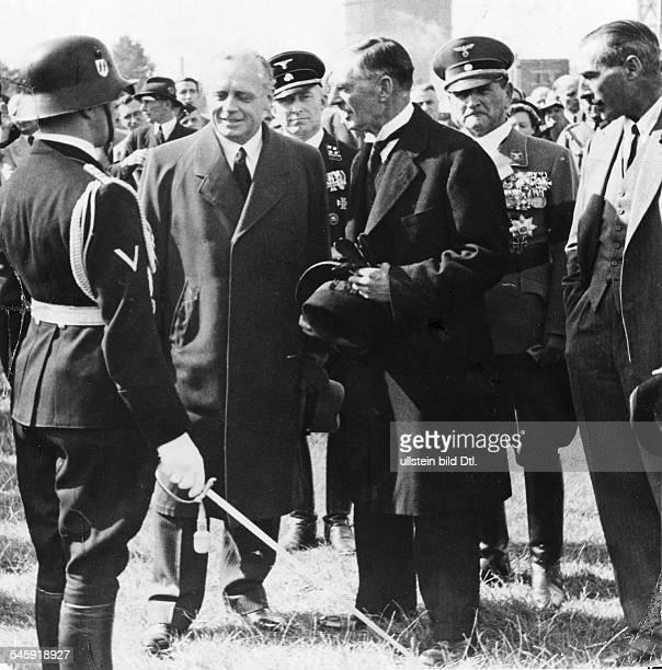Nach der Ankunft des britischenPremierministers auf dem MünchenerFlughafen Oberwiesenfeld NevilleChamberlain undReichsaussenminister Joachim...