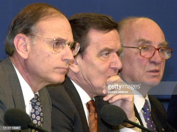 Nach der Einigung in der Kontroverse um Entschädigungszahlungen für NSZwangsarbeiter geben der USUnterhändler Stuart Eizenstat Bundeskanzler Gerhard...