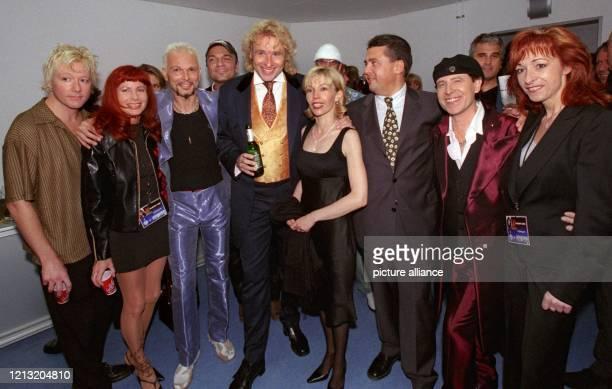 Nach der Eröffnungsgala der Expo 2000 am 162000 in Hannover feiert der Moderator mit seinen Gästen James Kottack und Rudolf Schenker von den...