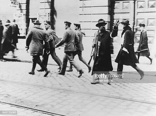 Nach der Eroberung Münchens durchFreikorps werden gefangengenommeneRevolutionäre von Angehörigen derMünchner Bürgerwehr abgeführt Anfang Mai 1919